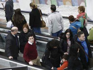 Varias personas en un centro comercial. (EFE)