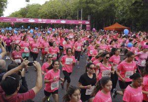 Más de 30.000 mujeres participando en la Carrera de la Mujer de 2014 (EFE).