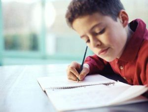 Un niño haciendo los deberes en casa (Gtres).