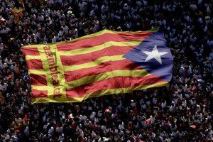 Una estelada gigante avanzando por las calles de Barcelona durante la manifestación de la Diada (EFE).