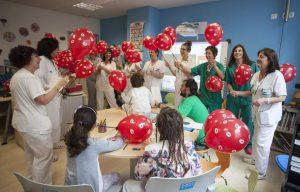 Enfermeros con niños hospitalizados (Gobierno de La Rioja).