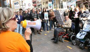 Protesta contra los recortes a las ayudas a la dependencia en Alicante (Archivo).