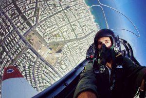 Un piloto haciéndose un selfie en pleno vuelo (Facebook Fuerza Aérea Israelí)