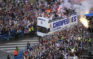Los jugadores del Real Madrid a su llegada a Cibeles con la undécima (EFE).