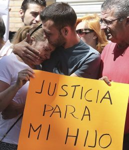 Alejandro consuela a su madre durante la concentración celebrada en su apoyo (Pepe Torres/EFE).