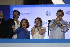 Mariano Rajoy junto a su mujer, Soraya Sáenz de Santamaría y Fernando Martínez Maillo, en el balcón de Génova (EFE).