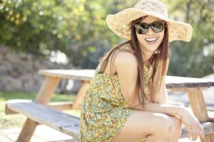 Una mujer ríe satisfecha y feliz (Gtres).