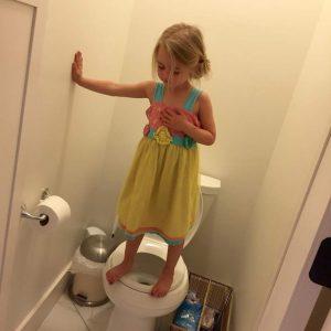 Imagen publicada en Facebook por Stacey Wehrman de su hija pequeña, subida a la taza del váter (Facebook/Stacey Wehrman).