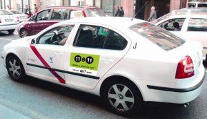 Un taxi (Radio Taxi).