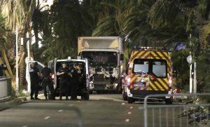 Imagen del camión que arrolló a una multitud en Niza (EFE).