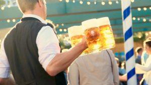 Camarero con cerveza (Pixabay).