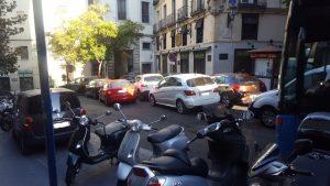 Coches invadiendo la salida del parque de bomberos de la Calle Imperial (Ignacio Peinado).