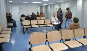Pacientes en una sala de espera de un centro médico (Archivo).