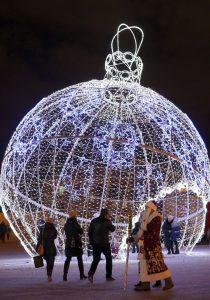 Bola gigante de Navidad (EFE).
