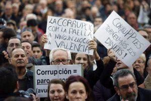 Miles de personas marchan en Valencia contra la corrupción (EFE).