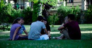 Jóvenes en un parque (Europa Press).