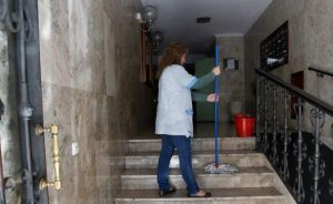 Una limpiadora trabajando (Jorge París).