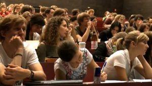Universitarios en una clase (Atlas).