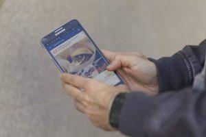 Un hombre con un móvil en sus redes sociales (Europa Press).