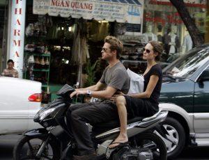 Brad Pitt y Angelina Jolie en moto por las calles de Ho Chi Minh (Gtres).