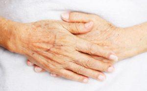 Las manos de un anciano.