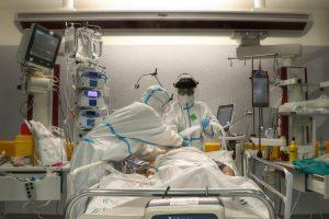 Facultativos atienden a un paciente con Covid-19 en la UCI del Hospital Reina Sofía de Córdoba, en una imagen de archivo.
