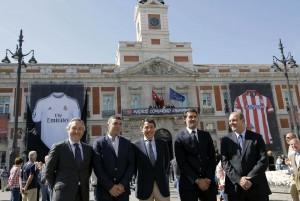 Camisetas gigantes del Real Madrid y del Atlético en la Puerta del Sol