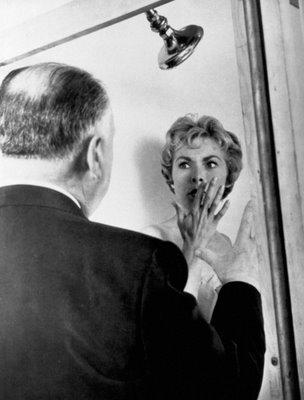 Hitchcock 'asustando' a Janet Leigh en el rodaje de 'Psicosis'
