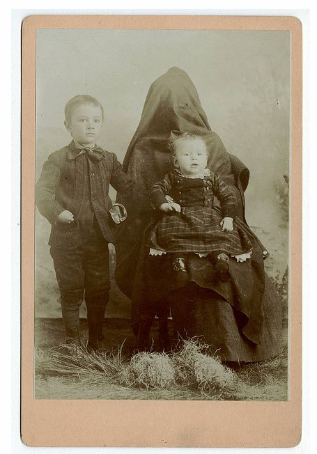 Madre oculta y niños tensos