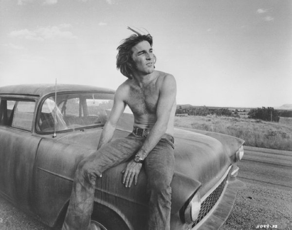 "Dennis Wilson en el Chevy de ""Two-lane Blacktop"""