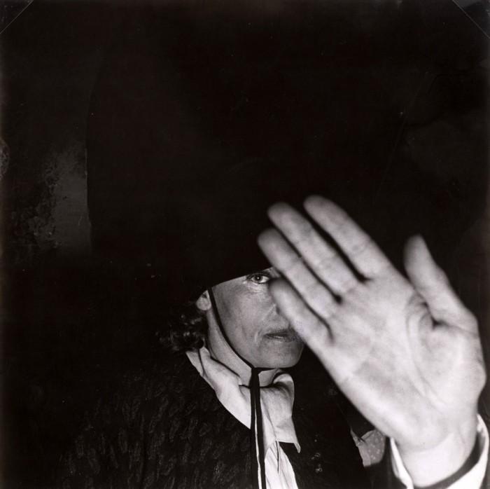 Garbo pillada en París por los paparazzi en 1976