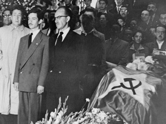 El funeral de Frida Kahlo. Sobre el féretro, la bandera del Partido Comunista de México