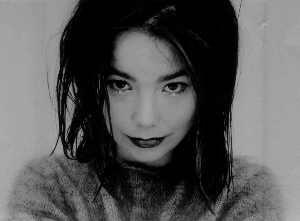 Björk en una toma alternativa de la portada de 'Debut'