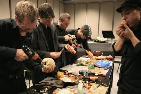 Fabricando instrumentos (Heidrun Henke)