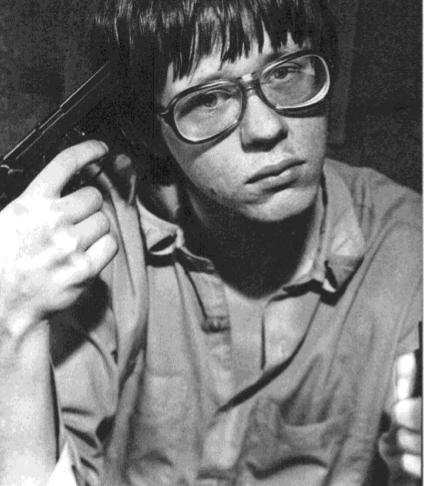 Vollman retratado en 1985 con una Beretta BDA 380