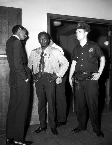 La Policía se pasa con Miles (25 de agosto de 1959)