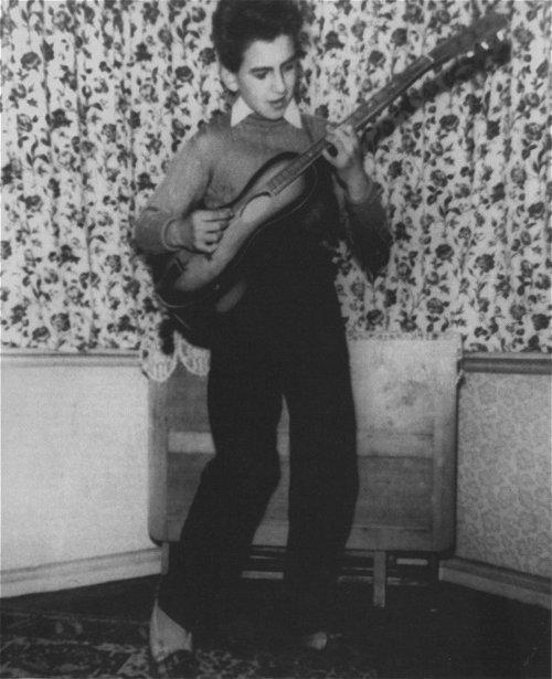 George en 1956 con su primera guitarra