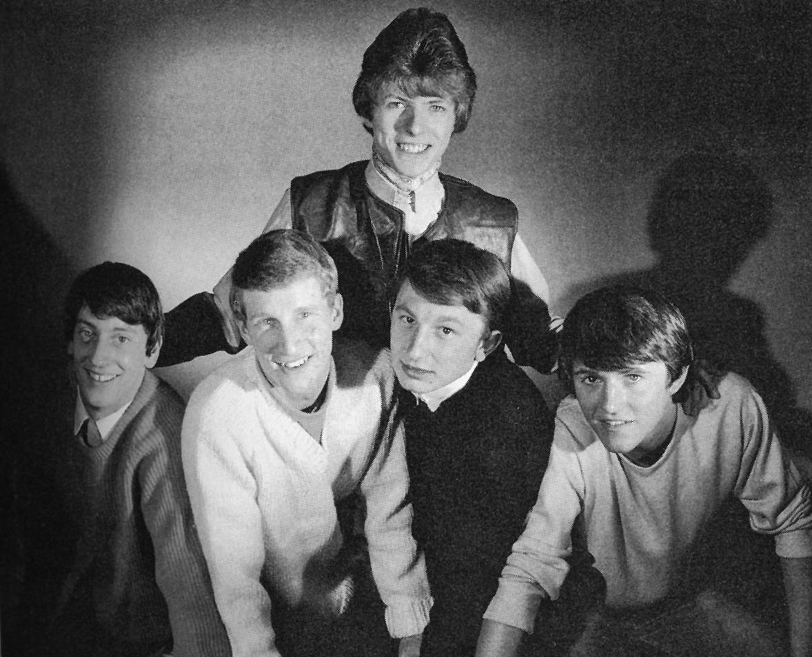 The King Bees, 1964 (Bowie, en el centro. Underwood, a la derecha)