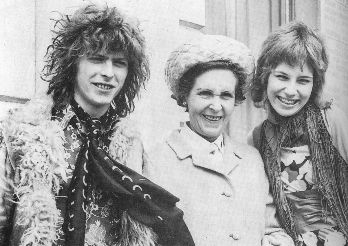Bowie y Angie se casan. Entre ambos, mamá Peggy. Marzo, 1970