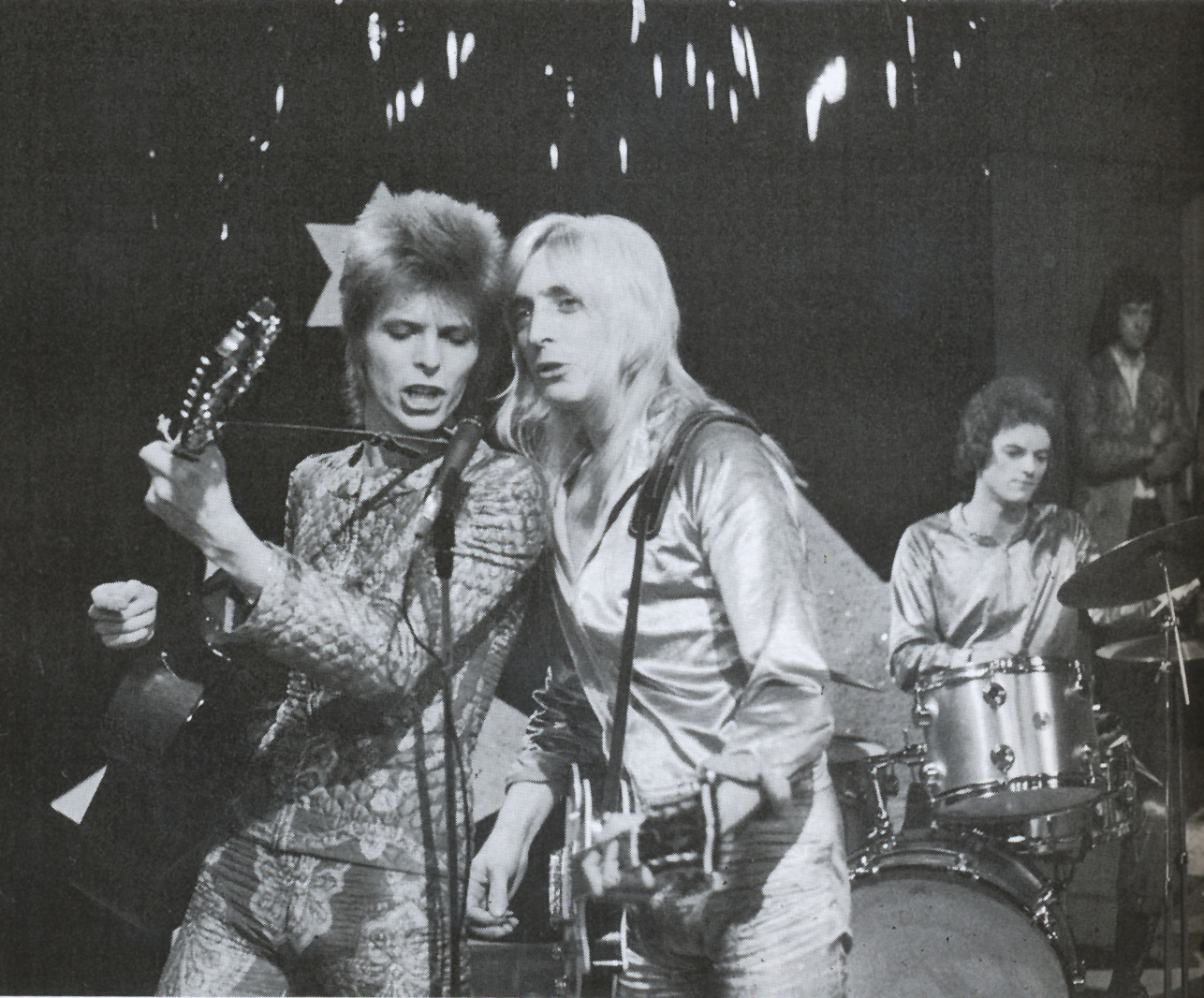 Ziggy Stardust and The Spiders from Mars en la BBC (a la derecha de Bowie, Mick Ronson), julio, 1972
