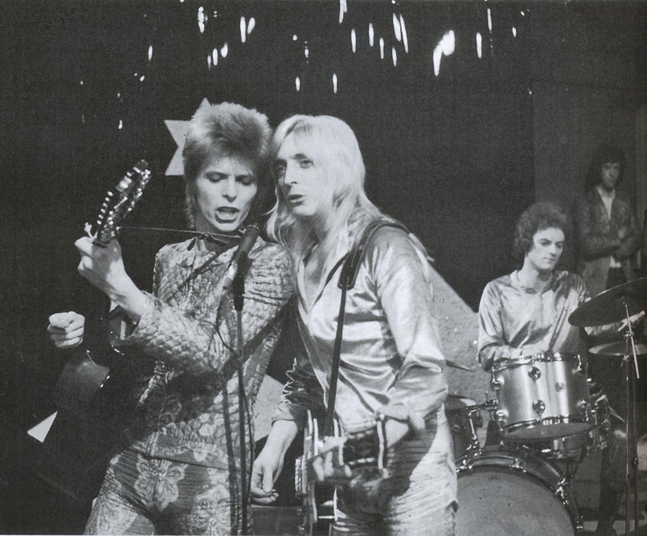 Ziggy Stardust and The Spiders from Mars en la BBC (a la derecha de Bowie, Mick Ronson), julio, 1972
