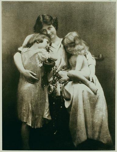 Isadora con sus hijos Deirdre y Patrick en 1912, un año antes del accidente