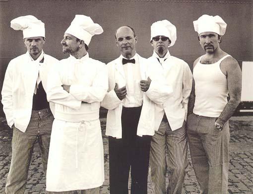 Eno (en el centro) con U2