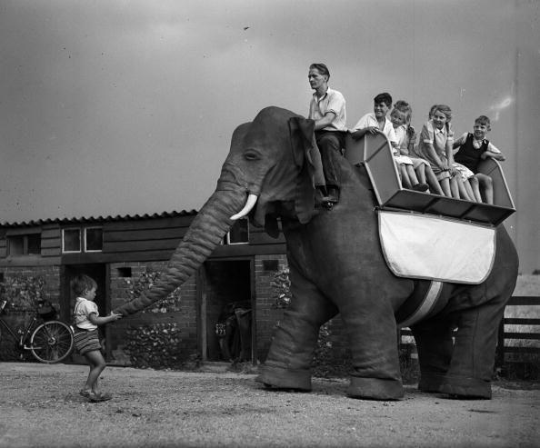 El elefante pasea a unos niños por Essex (Inglaterra) en julio de 1950