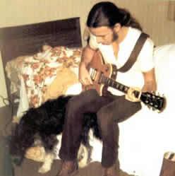 Bruce ensaya en la casa paterna en 1970. Su hermana Pam, de 8 años, le escucha bajo las sábanas