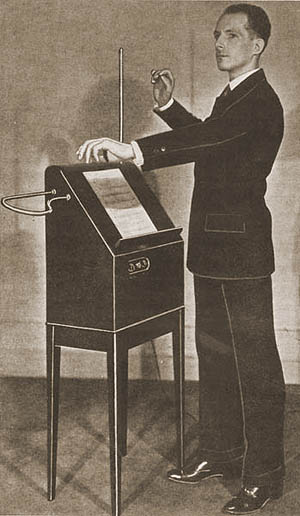 Léon Theremin con su invento