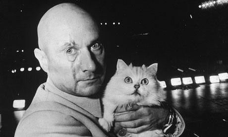 Ernst Stavro Blofeld y su gato persa