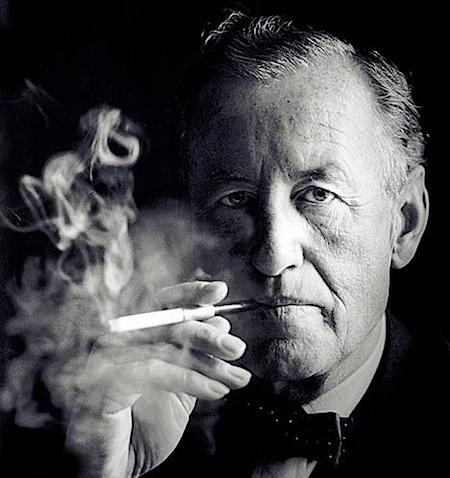 Ian Fleming con uno de sus 70 cigarrillos diarios