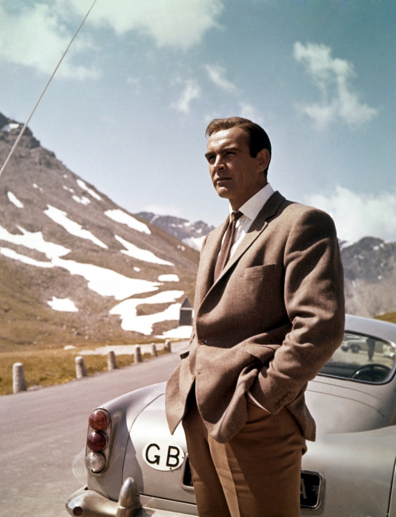 James Bond (Sean Connery) con su Aston Martin en 1964