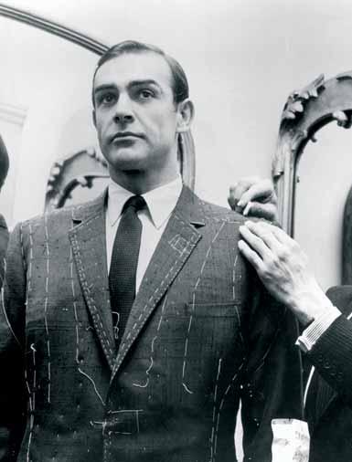 Sean Connery en una sastrería de Savile Row, dejando que le tomen medidas para el traje de Bond